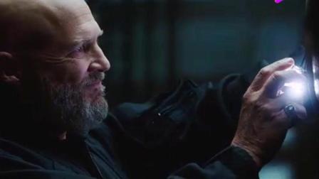钢铁侠: 在濒临死亡的那一刻, 机器人将反应堆递到托尼手中
