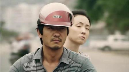 忘了去懂你: 郭晓东听老婆的见风言风语 直接骑着摩托车把老婆拉到工地欺负
