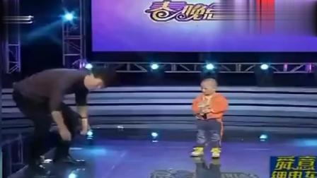 主持人现场翻跟斗, 三岁萌娃张峻豪动作实在太逗了, 比小品还搞笑