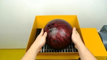 粉碎机终于遇上对手了, 竟粉碎不了保龄球, 液压机: 还是我厉害!