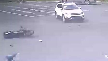 车祸瞬间摩托车连人带车被撞飞十多米现场惨烈