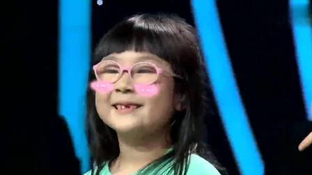 6岁小女孩嗨唱歌曲, 两只胖嘟嘟的卡通麦咭成功抢镜, 太可爱了