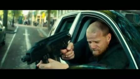 《王牌保镖》保镖骑摩托车, 对抗敌人, 一枪接一枪把敌人的车打进了水里
