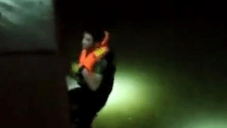 上海: 女子疑因翻越护栏自拍坠江 消防紧急救援