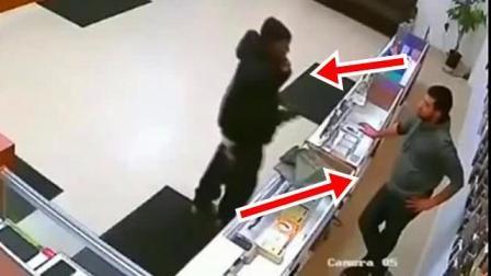 男子进店打劫, 店员没有一丝害怕, 反倒帮忙, 监控拍下这一幕