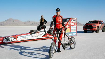 45岁女子骑单车时速达296千米, 速度堪比高铁, 打破世界记录!