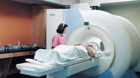 为什么病人核磁共振时, 医生不在却让家属陪护患者? 答案让人沉默