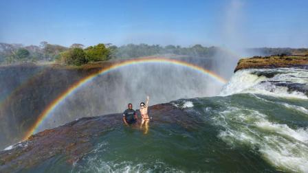 世界上最危险的游泳池, 位于大瀑布之上, 下面就是悬崖峭壁