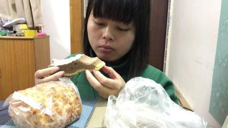 CC吃播: 虎皮蛋糕卷和老式肉松面包