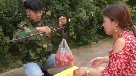 小伙卖桃子, 机关算尽, 结果还是被美女顾客算计了