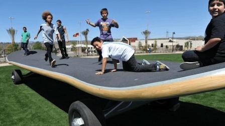 世界上最大的滑板, 可供上百人一起玩耍, 网友: 城里人真会玩!