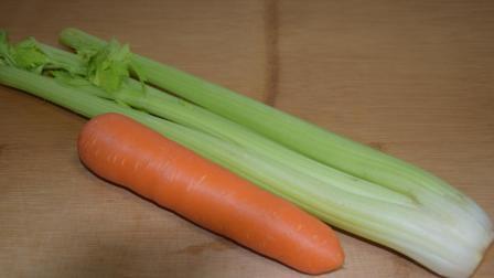 西芹炒鸡肉怎样做更好吃? 农家妹教你, 加入一条胡萝卜, 简单美味营养高!