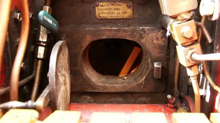 开着用最原始的方法作能源的古董级博瑞尔牵引车上街
