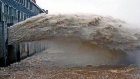 中国三峡大坝排水时, 为什么要把水喷向天空? 专家这样说