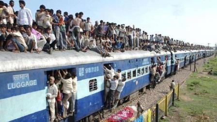 印度火车都能挂人? 坐这列火车最好关紧窗户, 不然没多久都会后悔
