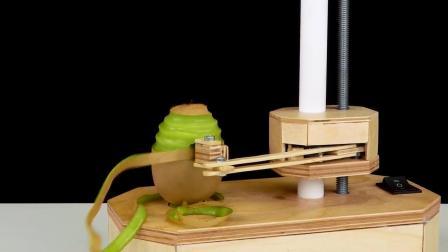 牛人制作了一台削皮神器, 这动手能力让人服气!