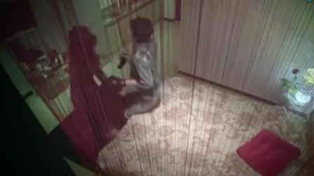 男女正要休息, 听到敲门声, 马上喊小伙躲床底!
