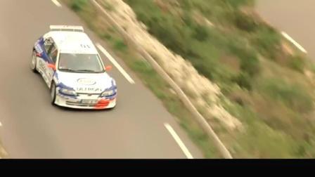 电影-的士速递2 -一辆拉力赛车在赛道上比赛, 来了辆的士要超车