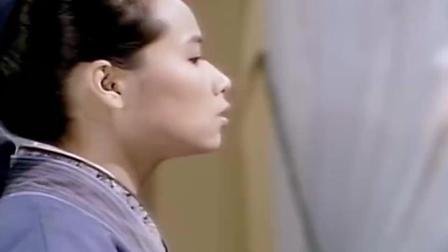 白素贞手被划伤 很是不妙 原来法海已经想好收复她和小青的办法!