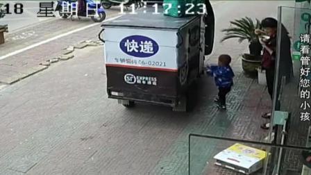 惊险! 2岁男童竟开走快递车 众人狂追百米拽停