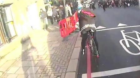 自行车狂追轿车上前理论, 结局却超乎想象