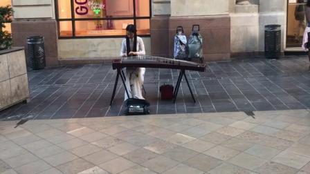 姑娘在街头一段古筝表演, 法国友人都看呆了, 超赞!