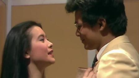 黄日华在电梯里偷偷的亲吻蓝洁瑛, 坏坏的样子也很有意思