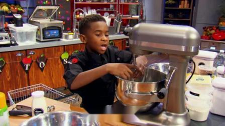 小厨手脚麻利,做了一道双层巧克力樱桃饼干配墨西哥热巧克力