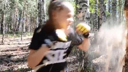 战斗民族10岁女孩练拳击竟徒手打断了一棵树