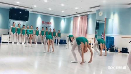 孩子们训练的这套舞蹈基本功很厉害