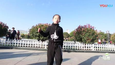 小女孩也爱跳广场舞-_身姿灵动活泼-_歌曲《妹妹不哭》很好听