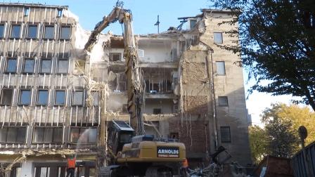 实拍, 老外是如何拆掉一栋大楼的, 一台工程机械就能轻松搞定