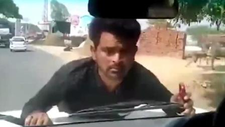 印度村民抗议政府拨款未到位 竟被官员开车顶着跑了4公里!