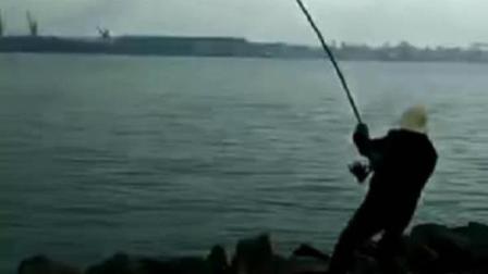 男子在武汉长江边上钓鱼, 大鲶鱼瞬间发力竿子就顶不住了!
