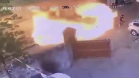 金属加工店发生爆燃 火狼瞬间吞噬现场人员