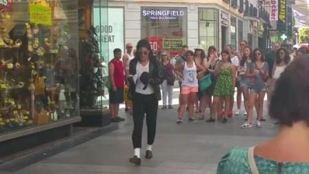 街头艺人模仿迈克尔杰克逊, 舞蹈炫酷, 非常神似