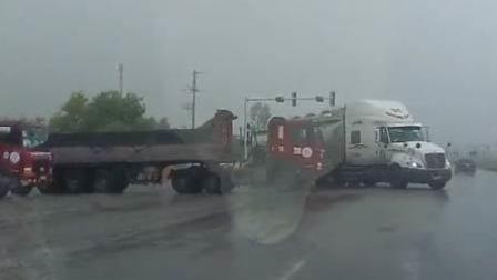 2大货车路口险碰撞 司机将车身扭成麻花
