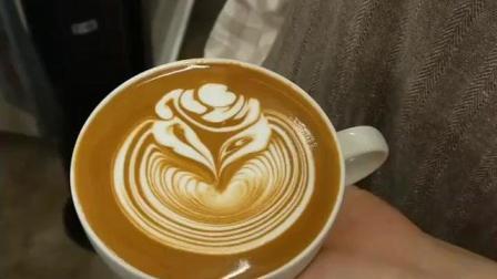 女孩咖啡师制作组合图玫瑰花技巧与流量控制方法