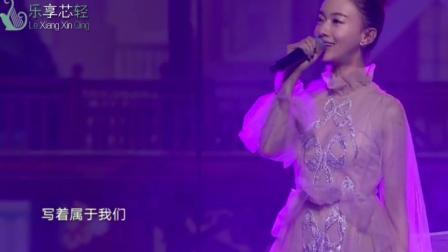 """吴谨言""""魏璎珞""""一袭白裙演唱《房间》, 比原唱的声音还要甜!"""