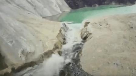 金沙江堰塞湖大流量放水 江水奔腾场面震撼