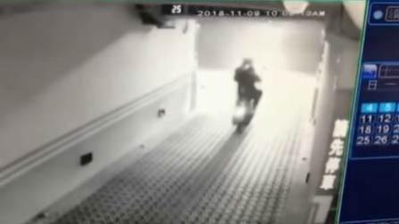 卷帘门缓缓落下 男子驾摩托试图冲出遭打脸