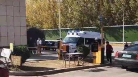 救护车进小区被拦门外 保安: 我不认识救护车
