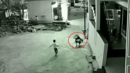 男孩伸手接东西 意外救下3楼失足掉落的朋友