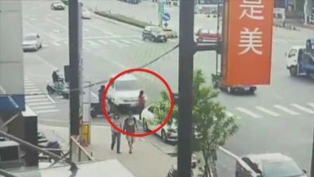 女子斑马线上等红灯 却遭小车撞飞腾空翻滚