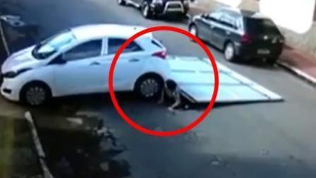 小车撞倒车库门重压路过夫妇 2人奇迹逃脱