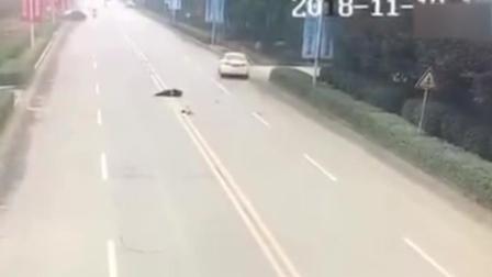 女子抱娃横穿马路 遭猛撞腾空旋转360度重摔