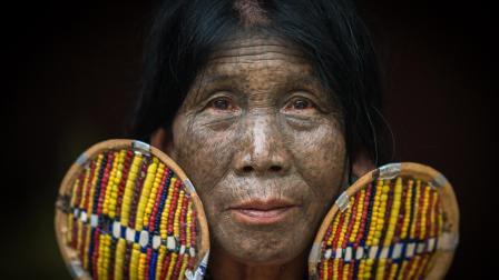 这个部落的女人因长得太好看, 在面部刺满纹身, 只为降低吸引力!