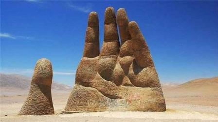 """世界上最荒凉""""五指山""""雕塑, 距今不到30年, 被游客写满到此一游"""