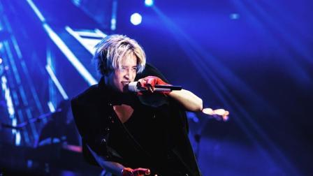 薛之谦唱歌唱到一半时突然从舞台上跳了下去, 现场的粉丝们直接疯狂了!