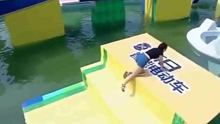 男生女生向前冲: 美女来闯关, 意外落水却展现了这样的画面!